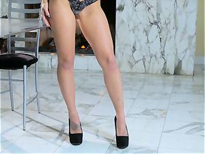 Kali Rose gets nude to elation her jummy cooch