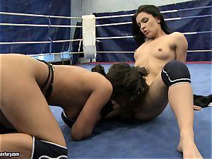 honey demon and Melanie Memphis fuckbox eat in the ring