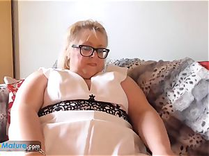 EUROPEMATURE large luxurious dame Lexie solo