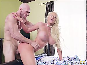 blonde doofy gets immobilized by the youthfull gardener